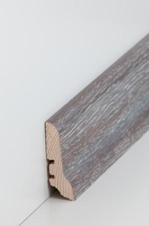 Hohe Sockelleiste aus Holz grau gestrichen mit Kerben für Kabel (22.60.41)