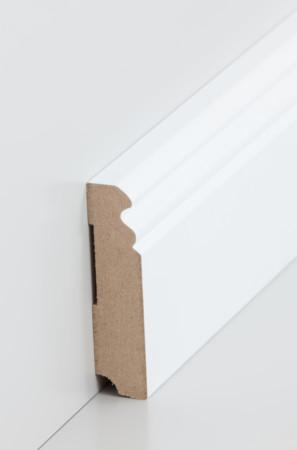 Mittel-hohe Sockelleiste mit dekorativen Rillen in weiß (719.080)