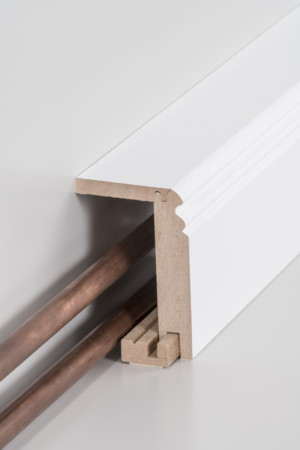 Sockelleiste mit viel Freiraum für Rohre und Kabel in weiß (719.9664.31)