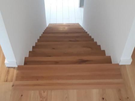Treppe in Eiche astig, massiv(Sues Parkett-und-Schiebetuer MG-Einrichtung)